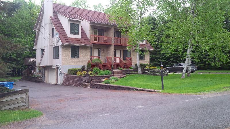 Appt meubl louer 5 Piedmont (Mt Olympia) - Cet appartement est un rez de jardin meubl la grandeur, 3 chambres coucher dont une chambre avec 2 lits simple, la seconde avec 1 lit 54 pouces et l'autre chambre avec un lit queen et tout les appareils mnags galement inclus