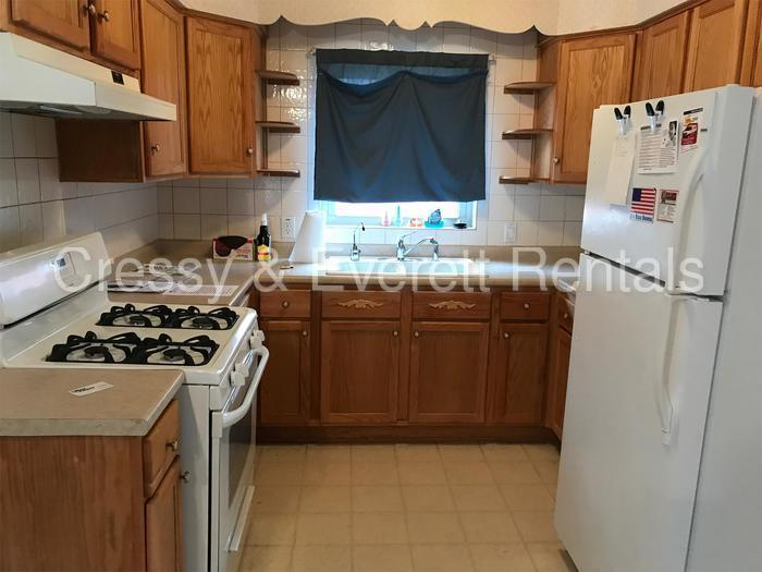 Well maintained Coquillard Woods ranch.